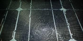 Gesprungene Solarmodule können über eine Photovoltaik-Versicherung ersetzt werden