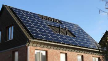 Mehrfamilienhaus mit Süd-West-Ausrichtung und Photovoltaikanlage (© Solaranlagen-Portal.de)