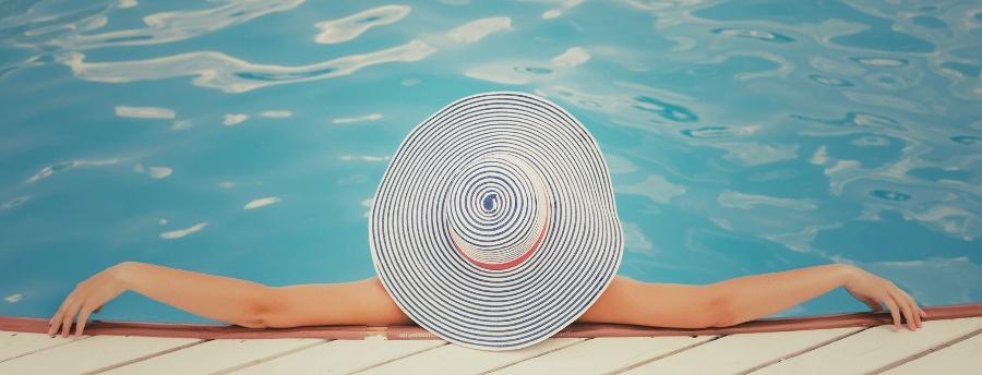 Sonnenkollektoren können zur Erwärmung des Swimming-Pool-Wassers genutzt werden